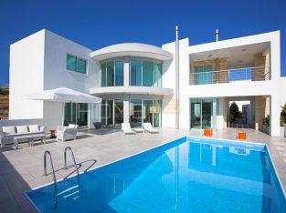 Luxurious villa in Ayia Fyla